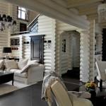 Черно-белый интерьер гостиной со вторым светом в деревянном доме