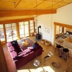 Дизайн гостиной в деревянном частном доме фото интерьера