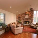 Изящный интерьер гостиной в загородном доме с камином
