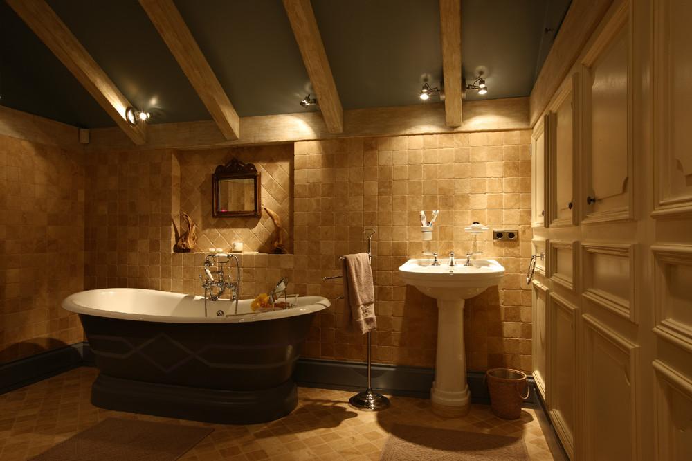 Интерьер ванны комнаты в загородном доме