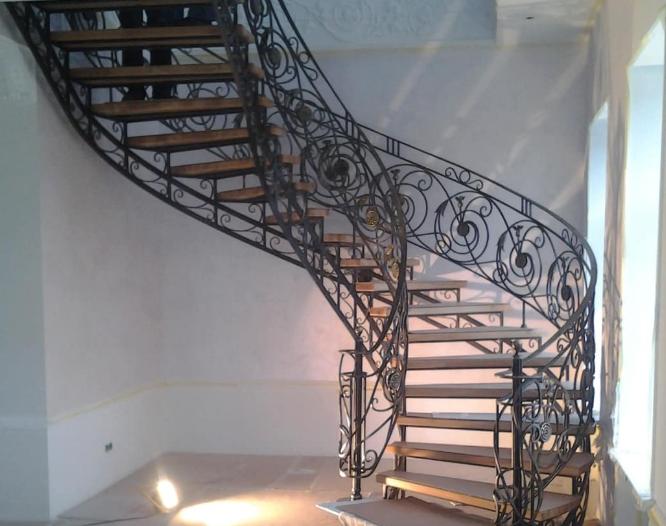 Кованые лестницы — это всегда стильно и красиво