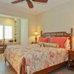 Спальня с кабинетов в тропическом стиле