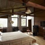 Дизайн спальни с камином на втором этаже дома