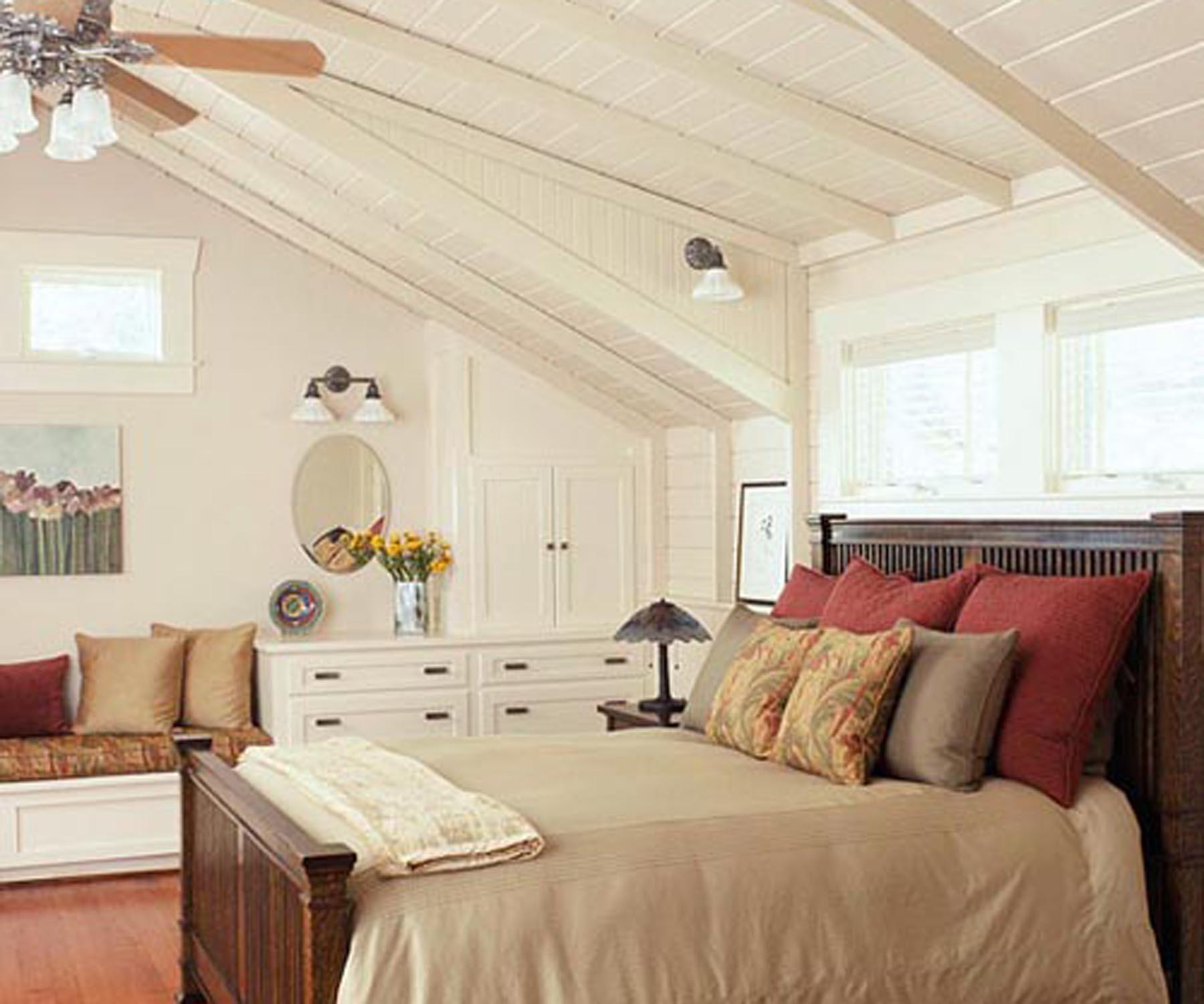 Белая спальня на всю мансарду фото