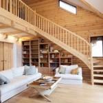 Фото дизайна гостиной в деревянном доме с красивой изогнутой лестницей