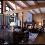 Фото гостиной в частном доме с камином и вторым светом