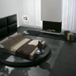 Итальянский дизайн спальни с кроватью с большим подголовником