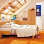Солнечная спальня на мансарде деревянного дома