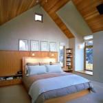 Спальня на мансарде с высокими потолками