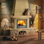 Классический дизайн гостиной с камином в загородном доме