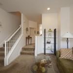 Прямая пристенная лестница в гостиной