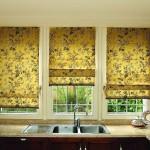 Оформление окна на кухне римскими шторами