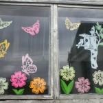 Фото оформления окна на кухне к весне