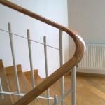 Фото оформления лестницы деревянными перилами