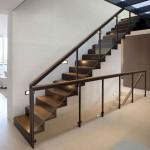 деревянная лестница на второй этаж со стеклянными ограждениями