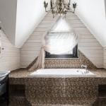 Ванная в загородном доме на мансарде
