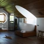 Ванная под мансардным окном в загородном доме