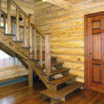 Деревянная лестница на второй этаж с резными балясинами