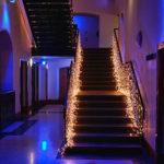 Лестница на второй этаж с подсветкой