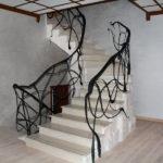 Лестница на второй этаж с необычными балясинами
