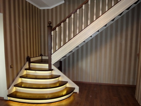 Лестница на второй этаж с LED подсветкой